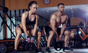 美女与肌肉健硕的男子人物高清图片