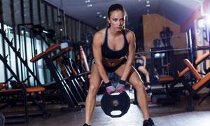 做力量训练的肌肉猛女摄影高清图片