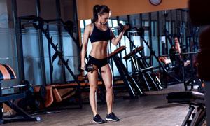 做臂力训练的健身美女摄影高清图片