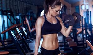 展现着身材的健身美女摄影高清图片