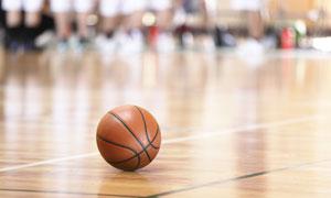 球场上的篮球近景特写摄影高清图片