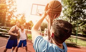 在露天篮球场玩球的好朋友高清图片