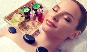 平躺做SPA护理的美女摄影高清图片