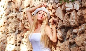 白色抹胸裙装金发美女摄影高清图片