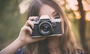 单手拿相机拍照的美女摄影高清图片