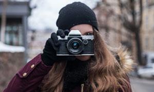 拿手机拍照的冬装美女摄影高清图片