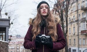 拿着照相机的中分美女摄影高清图片