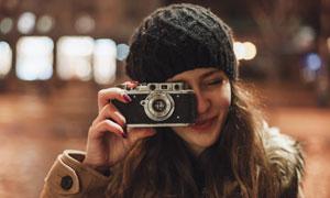 拿相机拍照的开心美女摄影高清图片