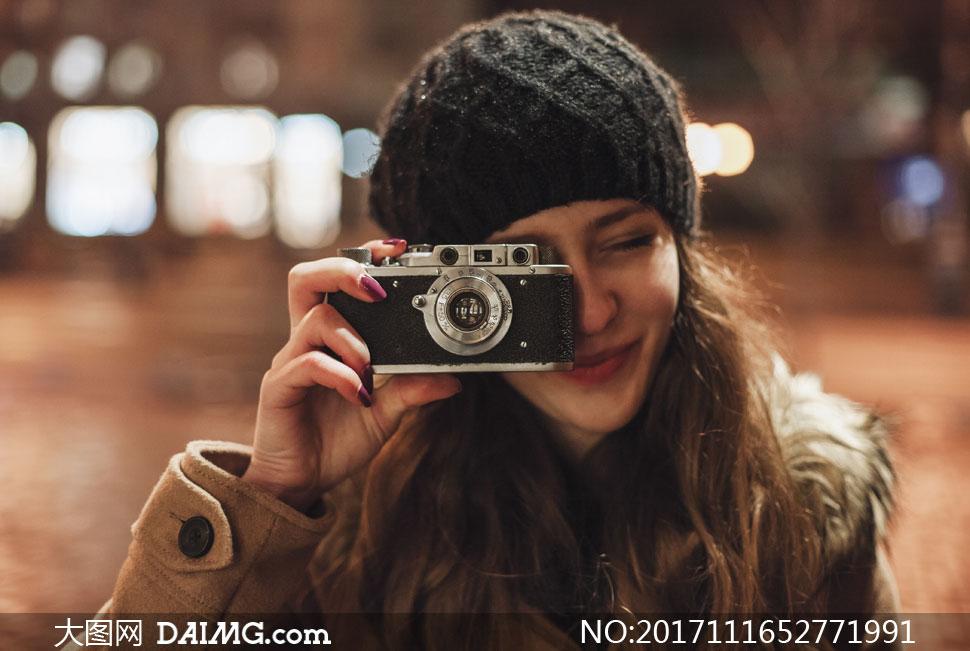 拿相机的美女_拿相机拍照的开心美女摄影高清图片_大图网图片素材