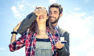 给女友求婚惊喜的男人摄影高清图片