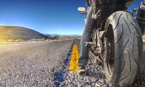 骑摩托车停下来的骑手特写高清图片