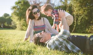 在草坪上的开心一家人摄影高清图片
