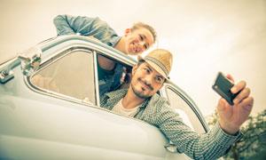 在车上自拍的情侣人物摄影高清图片