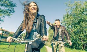一起骑车出去玩的情侣摄影高清图片