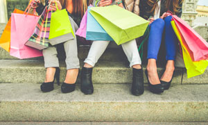 台阶上休息的购物美女摄影高清图片