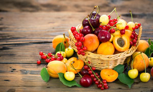 在篮子里的桃子等水果摄影高清图片