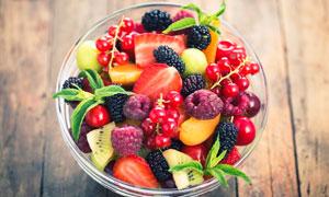 在玻璃碗里的新鲜水果摄影高清图片