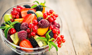 摆放在碗里的各种水果摄影高清图片