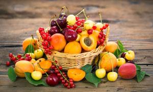 篮子里的葡萄桃等水果摄影高清图片