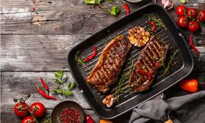 食材与煎好的牛排特写摄影高清图片