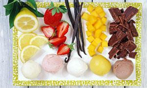 水果与多口味的冰淇淋摄影高清图片