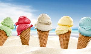 在沙滩上插着的冰淇淋蛋筒高清图片