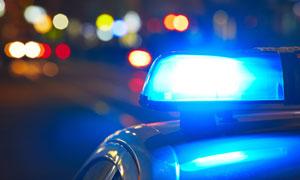 在夜晚亮起警灯的警车摄影高清图片