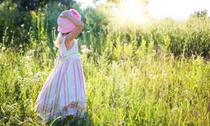 站在草丛中的裙子女孩摄影高清图片