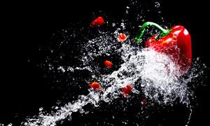 被水花溅到的辣椒特写摄影高清图片