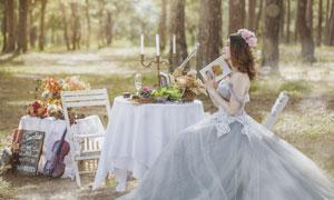 坐椅子的美女外景婚纱摄影高清图片