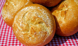 在格子布上的香甜面包摄影高清图片