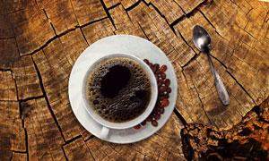 开裂纹理木板上的咖啡摄影高清图片