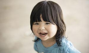 留着齐刘海儿的小女孩摄影高清图片