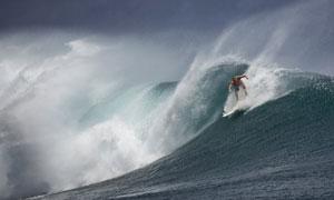 波涛上冲浪运动的男子摄影高清图片