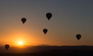 连绵山峦上空的热气球摄影高清图片