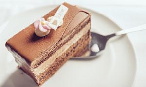 放在盘子里的巧克力蛋糕块高清图片