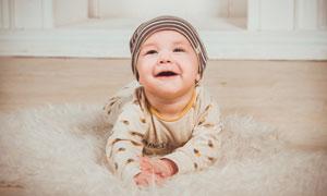 在木地板上玩耍的宝宝摄影高清图片