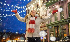 在夜晚看到飘雪的开心美女高清图片