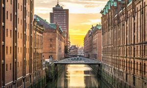 小河两岸的城市建筑物摄影高清图片