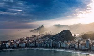 雾气笼罩中的海岸城市摄影高清图片