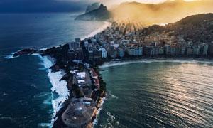 濒临大海的城市建筑物鸟瞰高清图片