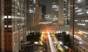 东京街道两侧的建筑物景观高清图片