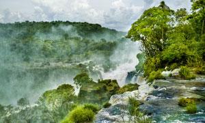 瀑布美景与山间的树木摄影高清图片