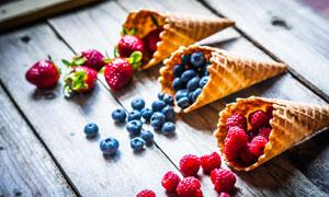 散落在木板上的蓝莓等水果高清图片