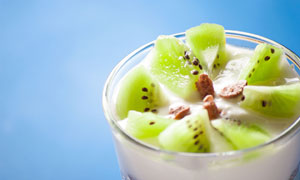 玻璃杯中的酸奶猕猴桃摄影高清图片
