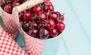 桶里熟透了的樱桃特写摄影高清图片