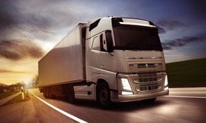 行驶在路上的重型卡车摄影高清图片