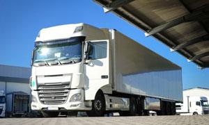 整装待发的重型大卡车摄影高清图片
