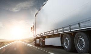疾驰在高速公路上的大卡车高清图片