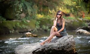 坐石头上的波点裙美女摄影高清图片